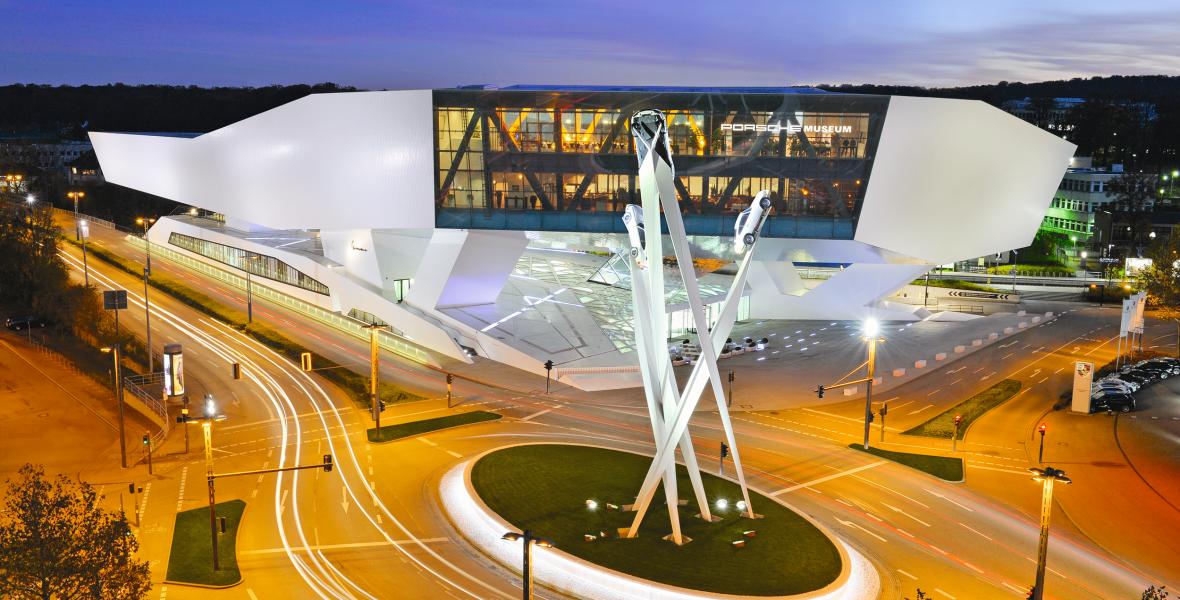 Spektakuläres Bauwerk: Anfang 2009 empfing das Porsche Museum in Stuttgart seine ersten Besucher. Bild: Porsche AG